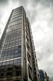 Απομονωμένος ουρανοξύστης στο νεφελώδες υπόβαθρο Στοκ Φωτογραφία