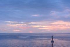Απομονωμένος πύργος ραδιοφωνικής μετάδοσης στην παραλία Στοκ εικόνα με δικαίωμα ελεύθερης χρήσης