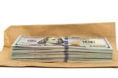 Απομονωμένος σωρός των λογαριασμών εκατό δολαρίων πάνω από το φάκελο Στοκ Εικόνες