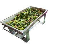 Απομονωμένο ανακατώνω-τηγανισμένο κατσαρό λάχανο στο καυτό πιάτο. Στοκ Εικόνα