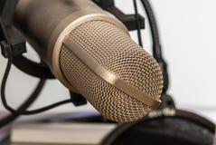 απομονωμένο ανασκόπηση λευκό στούντιο μικροφώνων Στοκ Εικόνες