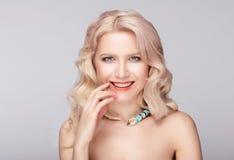 απομονωμένο ανασκόπηση πρότυπο λευκό smiley πορτρέτου όμορφο Στοκ Εικόνες
