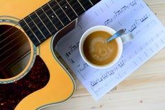 απομονωμένο απεικόνιση διάνυσμα κιθάρων φλυτζανιών χρώματος καφέ Στοκ Εικόνες