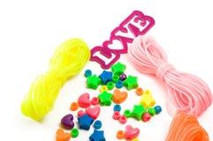 Απομονωμένο βραχιόλι παιχνιδιών που κάνει τις εξαρτήσεις για τα παιδιά με την αγάπη Στοκ φωτογραφία με δικαίωμα ελεύθερης χρήσης