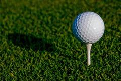 απομονωμένο γράμμα Τ μονοπατιών γκολφ ψαλιδίσματος σφαιρών εικόνα Στοκ Φωτογραφίες