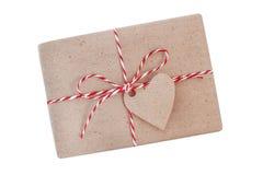 Απομονωμένο δώρο που τυλίγεται σε χαρτί τεχνών στοκ εικόνες με δικαίωμα ελεύθερης χρήσης