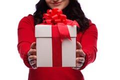 Απομονωμένο δώρο Χριστουγέννων λαβής γυναικών Santa Χριστουγέννων καπέλο Στοκ Εικόνες