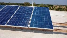 απομονωμένο επιτροπής ηλιακό λευκό ήλιων ενεργειακής χέρι στοκ φωτογραφίες με δικαίωμα ελεύθερης χρήσης