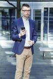 απομονωμένο επιχείρηση άτομο ανασκόπησης πέρα από το λευκό Ένα άτομο με ένα βιβλίο και ένα lap-top Ο τύπος μιλά μέσω του τηλεφώνο Στοκ φωτογραφία με δικαίωμα ελεύθερης χρήσης