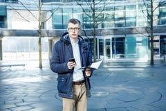 απομονωμένο επιχείρηση άτομο ανασκόπησης πέρα από το λευκό Ένα άτομο με ένα βιβλίο και ένα lap-top Ο τύπος μιλά μέσω του τηλεφώνο Στοκ εικόνα με δικαίωμα ελεύθερης χρήσης