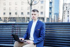 απομονωμένο επιχείρηση άτομο ανασκόπησης πέρα από το λευκό Ένα άτομο με ένα βιβλίο και ένα lap-top Ο τύπος μιλά μέσω του τηλεφώνο Στοκ εικόνες με δικαίωμα ελεύθερης χρήσης