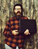 απομονωμένο επιχείρηση άτομο ανασκόπησης πέρα από το λευκό Γενειοφόρο βάναυσο καυκάσιο lap-top εκμετάλλευσης hipster Στοκ Εικόνες