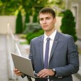 απομονωμένο επιχειρηματίας lap-top ανασκόπησης πέρα από το λευκό χαμόγελου Στοκ Εικόνες