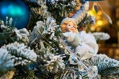 απομονωμένο λευκό δέντρων παιχνιδιών ανασκόπησης Χριστούγεννα Στοκ Φωτογραφίες