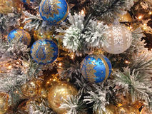 απομονωμένο λευκό δέντρων Χριστουγέννων ανασκόπησης διακοσμήσεις Στοκ Φωτογραφία