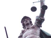 απομονωμένο λευκό αγαλμάτων σκιαγραφιών δικαιοσύνης Στοκ Εικόνες