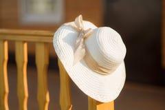 απομονωμένο λευκό αχύρου μονοπατιών ψαλιδίσματος ανασκόπησης καπέλο Στοκ φωτογραφίες με δικαίωμα ελεύθερης χρήσης