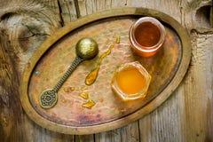 απομονωμένο λευκό βάζων ανασκόπησης μέλι Στοκ φωτογραφία με δικαίωμα ελεύθερης χρήσης