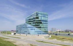 απομονωμένο λευκό γραφείων τεμαχίων οικοδόμησης ανασκόπησης γυαλί Στοκ φωτογραφίες με δικαίωμα ελεύθερης χρήσης