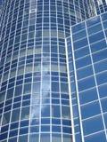 απομονωμένο λευκό γραφείων τεμαχίων οικοδόμησης ανασκόπησης γυαλί Στοκ Φωτογραφία