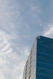 απομονωμένο λευκό γραφείων τεμαχίων οικοδόμησης ανασκόπησης γυαλί Στοκ Εικόνα