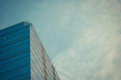 απομονωμένο λευκό γραφείων τεμαχίων οικοδόμησης ανασκόπησης γυαλί Στοκ Εικόνες