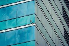 απομονωμένο λευκό γραφείων τεμαχίων οικοδόμησης ανασκόπησης γυαλί Στοκ φωτογραφία με δικαίωμα ελεύθερης χρήσης