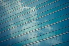 απομονωμένο λευκό γραφείων τεμαχίων οικοδόμησης ανασκόπησης γυαλί Στοκ εικόνες με δικαίωμα ελεύθερης χρήσης