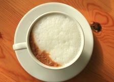 απομονωμένο λευκό μονοπατιών καφέ cappuccino ανασκόπησης φλυτζάνι Στοκ φωτογραφία με δικαίωμα ελεύθερης χρήσης