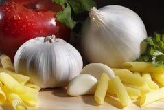 απομονωμένο λευκό ντοματών μακαρονιών ζυμαρικών κερασιών ανασκόπησης συστατικά Στοκ εικόνες με δικαίωμα ελεύθερης χρήσης