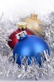 απομονωμένο λευκό παιχνιδιών σφαιρών Χριστουγέννων ανασκόπησης γυαλί Στοκ Φωτογραφία
