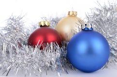 απομονωμένο λευκό παιχνιδιών σφαιρών Χριστουγέννων ανασκόπησης γυαλί Στοκ εικόνα με δικαίωμα ελεύθερης χρήσης