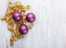 απομονωμένο λευκό παιχνιδιών σφαιρών Χριστουγέννων ανασκόπησης γυαλί Στοκ εικόνες με δικαίωμα ελεύθερης χρήσης