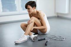 απομονωμένο λευκό ποδιών ανασκόπησης ζημία Όμορφη γυναίκα που αισθάνεται τον πόνο στο γόνατο, επίπονο γόνατο Στοκ Φωτογραφίες