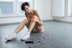 απομονωμένο λευκό ποδιών ανασκόπησης ζημία Όμορφη γυναίκα που αισθάνεται τον πόνο στο γόνατο, επίπονο γόνατο Στοκ φωτογραφία με δικαίωμα ελεύθερης χρήσης