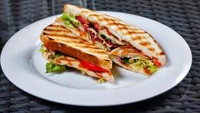 απομονωμένο λευκό σάντουιτς πιάτων Στοκ φωτογραφία με δικαίωμα ελεύθερης χρήσης