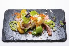 απομονωμένο λευκό σαλάτας ρυζιού κομματιών ροδάκινων μαϊντανού κύπελλων ανασκόπησης κοτόπουλο Στοκ Εικόνες