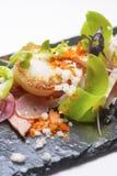 απομονωμένο λευκό σαλάτας ρυζιού κομματιών ροδάκινων μαϊντανού κύπελλων ανασκόπησης κοτόπουλο Στοκ Εικόνα