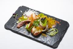 απομονωμένο λευκό σαλάτας ρυζιού κομματιών ροδάκινων μαϊντανού κύπελλων ανασκόπησης κοτόπουλο Στοκ φωτογραφίες με δικαίωμα ελεύθερης χρήσης