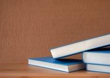 απομονωμένο λευκό στοιβών ανασκόπησης βιβλία Στοκ φωτογραφία με δικαίωμα ελεύθερης χρήσης