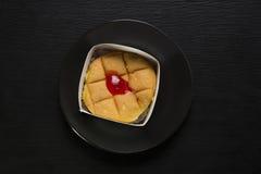 απομονωμένο λευκό σφουγγαριών ανασκόπησης κέικ στοκ εικόνες