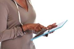απομονωμένο λευκό ταμπλετών υπολογιστών ανασκόπησης χέρια στοκ εικόνες με δικαίωμα ελεύθερης χρήσης