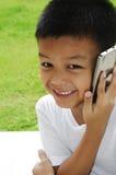 απομονωμένο λευκό τηλεφωνικής ομιλίας ανασκόπησης αγόρι Στοκ Εικόνα