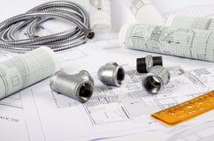 απομονωμένο λευκό υδραυλικών εγκαταστάσεων μετάλλων ανασκόπησης συναρμολογήσεις Στοκ φωτογραφία με δικαίωμα ελεύθερης χρήσης