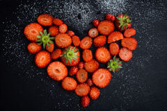 απομονωμένο λευκό φραουλών ανασκόπησης καρδιά στοκ εικόνα με δικαίωμα ελεύθερης χρήσης