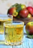 απομονωμένο λευκό χυμού ανασκόπησης μήλων γυαλί Στοκ Εικόνες