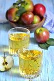 απομονωμένο λευκό χυμού ανασκόπησης μήλων γυαλί Στοκ Φωτογραφία
