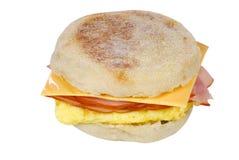 απομονωμένο ζαμπόν σάντουιτς αυγών τυριών που ανακατώνεται Στοκ Εικόνες