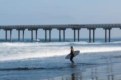 Απομονωμένο θηλυκό Surfer κοντά στην αποβάθρα Scripps στη Λα Χόγια, Καλιφόρνια Στοκ εικόνες με δικαίωμα ελεύθερης χρήσης