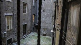Απομονωμένο και κενό προαύλιο των παλαιών σπιτιών στη λιμενική πόλη του Rijeka, Κροατία στοκ φωτογραφία